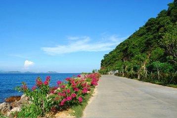 大家结伴沿着海岸线徒布,在碧海蓝天下,大家一起竖起耳朵,听听海浪的